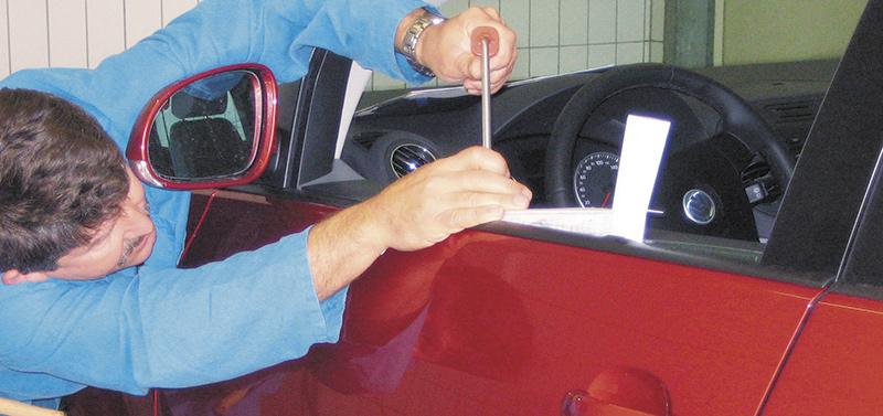Ausbeulen - Roter VW - Tuere 3
